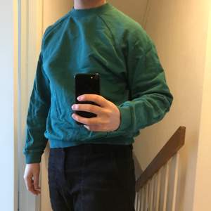 I väldigt snygg grön färg. Små blekta ställen som ej märks (bild två). Bra fit.