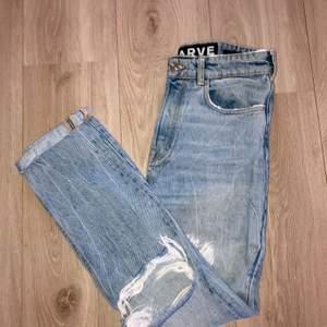 Karve jeans från Carlings i storlek M. Passar även S! En girlfriend modell med slitningar😁 säljer pga för små. 100 kr!