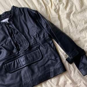 Skinnjacka/poncho från danska märket Munthe. Använd en eller två gånger. I krockopressat skinn och fodrad.