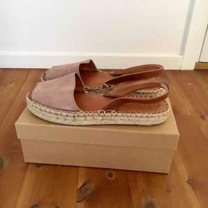 INTRESSEKOLL! Ett par superfina espandrillos sandaler från Aloha Sandals. Det är puderrosa mocka med öppen tå och brun läder rem för hälen. Endast använda ett fåtal gånger så i väldigt fint skick och SUPERBEKVÄMA! DM:a vid intresse.