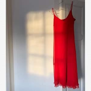 jättesnygg röd klänning i 2 meshlager(synd inte igenom) från 90/00talet. Dragkedja på sidan. Märkt 38 men passar nog snarare en 36. I toppenskick!
