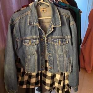 skit snygg jeans jacka!! den är oversize i armare vilket gör att den ser snyggare ut på! strl 164 alltså typ S fast tror alla från S-L kan ha den!