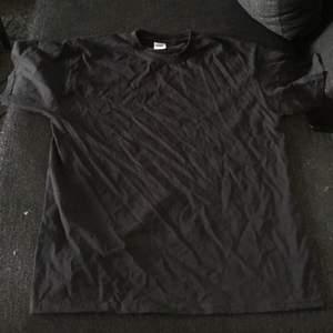 En helt vanlig svart T-shirt. Aldrig använd.
