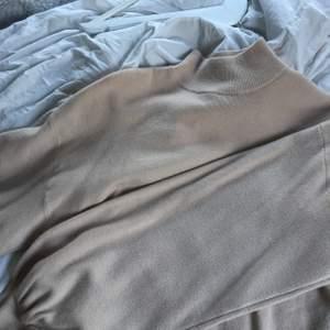 Jätte fin tröja inte riktigt min stil därav säljs den billigt. Inköpt i Holland på bershka i storlek S,frakt får man stå för själv. Kortare modell med lite polo krage. Kan mötas upp i danderyd