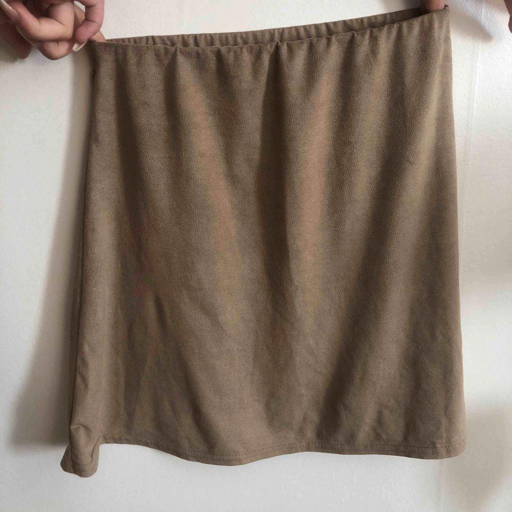 Kjol från nelly i storlek xs. Använd fåtal gånger, nypris 200kr. Köparen står för frakten . Kjolar.