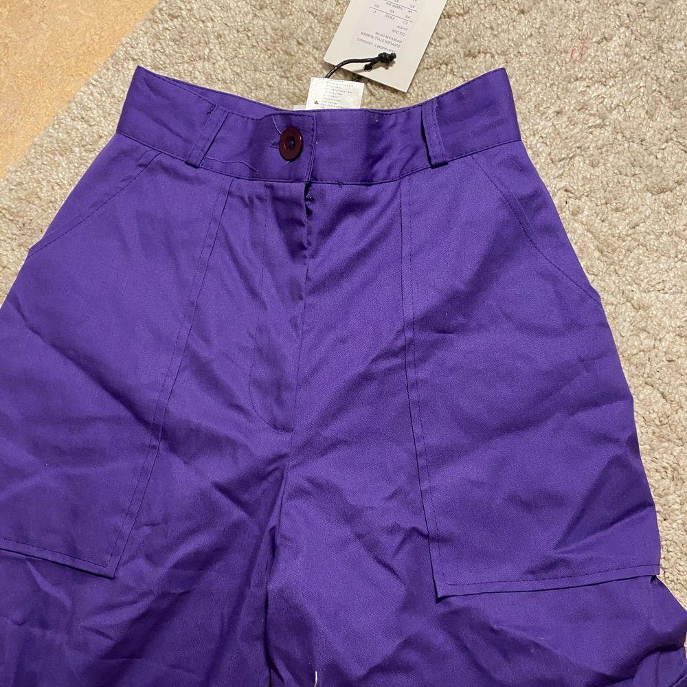 Jätte fina helt oanvända cargo pants! frakt ingår ej, kan mötas upp i sthlm😚 originalpris var 600kr. . Jeans & Byxor.