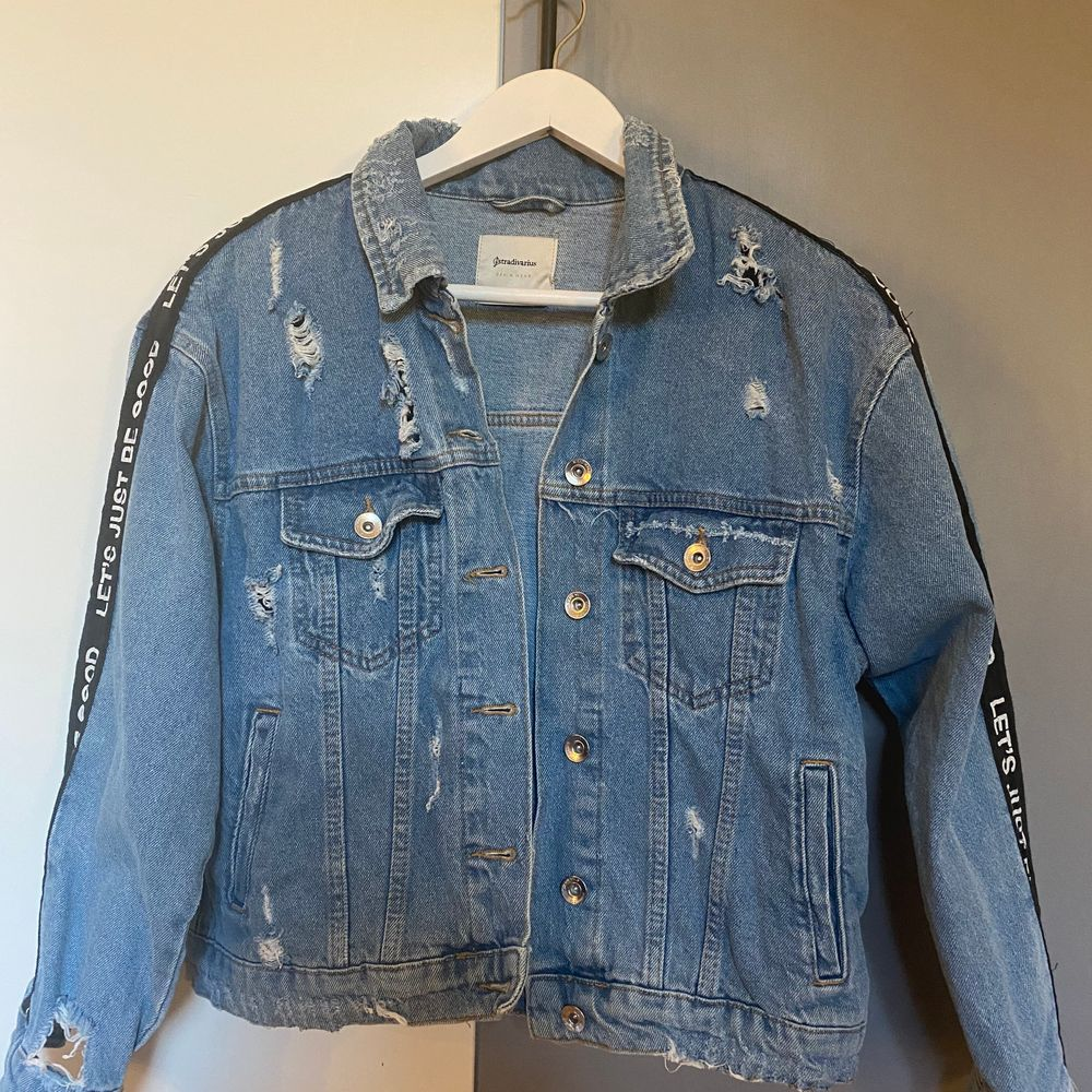 Snygg jeansjacka med text köpt på stradivarius i Spanien. Andvänd få gånger pga de inte är min stil, storlek L men mer som M, snyggt som oversized om man är mindre. Nypris 450 kr. Kan mötas upp eller posta, köparen står för frakt.. Jackor.
