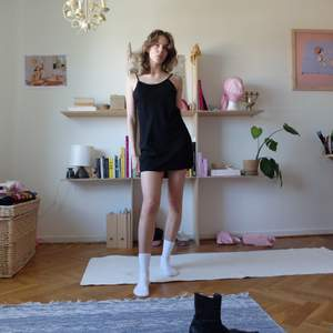 Perfekt svart klänning med justerbara axelband. Fin att ha som den är eller ovanpå tröja! Väldigt luftig och fin kvalitet i materialet. Liksom matt men med lyster samtidigt! Kan mötas upp vid stigbergstorget/gbg eller så tillkommer 22kr frakt!