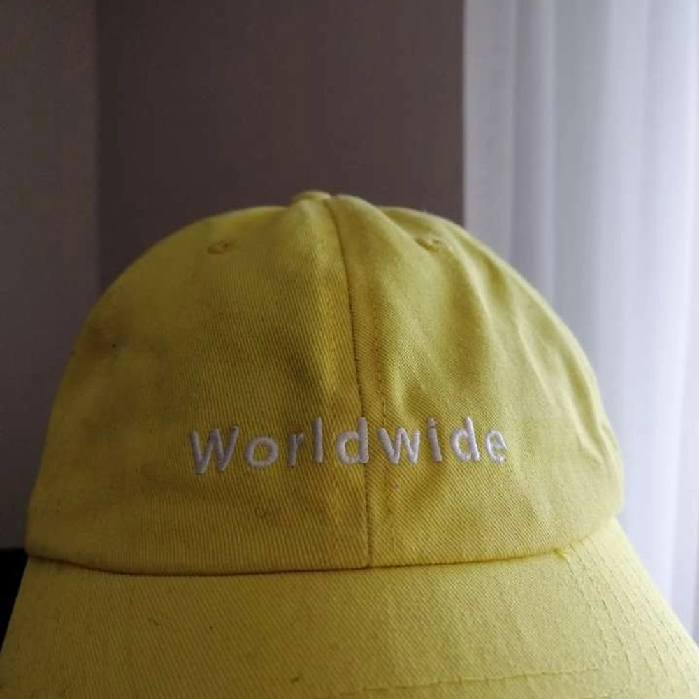 Gullig gul keps med texten worldwide på! . Accessoarer.