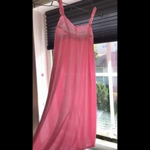 Rosa nattlinne i silke. Strl S/M. Ser längre ut på bild, klänningen når ner till låren på mig som är 174 cm. Säljer pga använder aldrig nattlinnen. Färgen ser ut som på sista bilden. 50kr + frakt🧚♀️