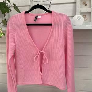 Super fin tröja ifrån Hm, knappt använd då det inte är min stil. Frakt ingår inte i priset💜💕❤️