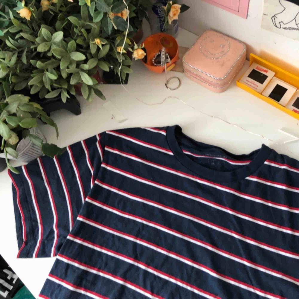 Gullig blå randig tröja från Urban outfitters ! Nypris: 349 och mycket bra skick 💕💕 basic men clean ! Storlek M (man) men passar större / mindre. T-shirts.