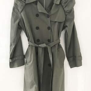 Super fin kappa ifrån Lise Sandahl. Finns i färgen grönt och gult. Storlek är ONESIZE. Nya/inplastade.🦋