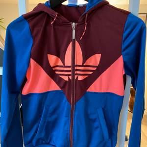 Riktigt färgglad Original Adidas tröja  i polyester. Är i skick som ny!