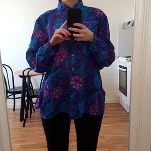 Intressekoll för min lila/blå/gröna vintage blus med paisleymönster. Saknar storlek men uppskattas till 38-40. Snygg eller ful, bara du avgör! Vad ger ni för denna färgglada pärla? Lägsta bud 150 inkl frakt! Se gärna mina andra annonser. 🌻