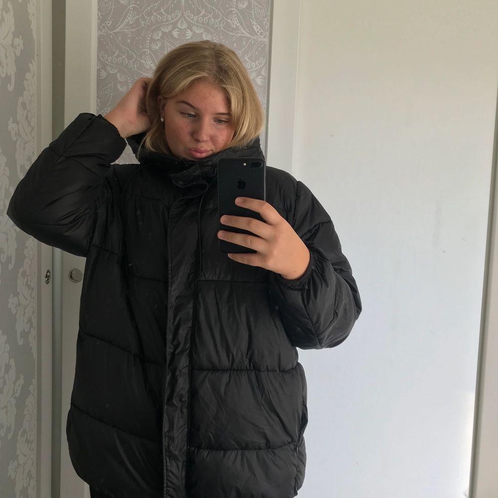 Lovar er liiiiivets skönaste vinterjacka!! Man LEVER i den!! Har köpt ny så denna går vidare;-( Men verkligen extreemt skön!!! Köpare står för frakt. Jackor.