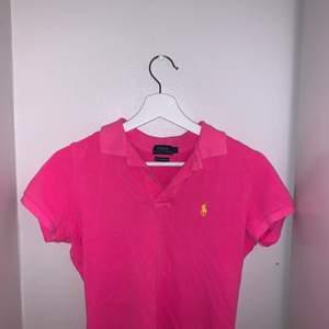 Neon rosa piké med gult märke, använd endast 2-3 gånger då det inte riktigt var min stil med så starka färger men den är sjukt snygg och sitter perfekt! Skicket är hur bra som helst också.
