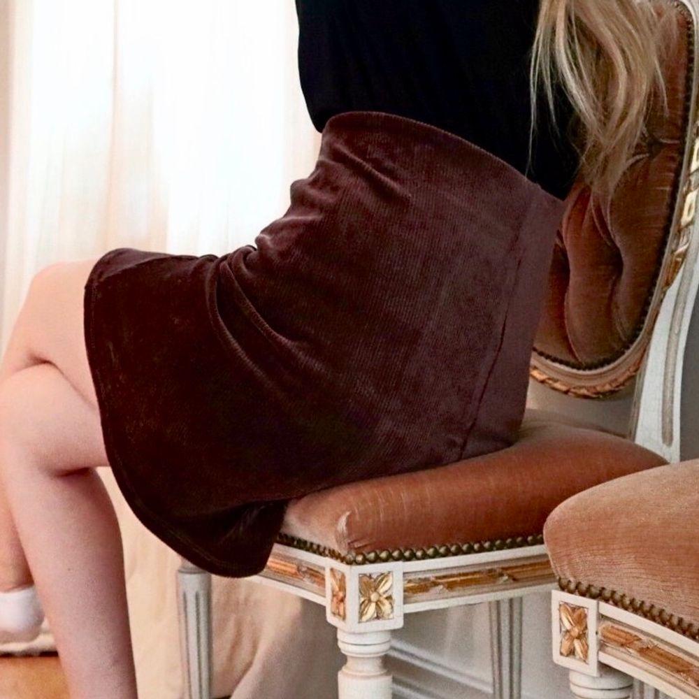 Superfin brun kjol i mjukt manchester som aldrig är använd. Den är tyvärr för liten för mig. Stretchigt material och knappar på framsidan som inte går upp. Så fin till hösten! 🍂🍁 . Kjolar.