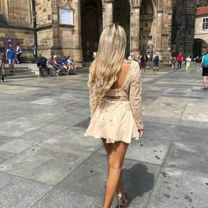En elegant kort klänning med öppen rygg storlek 34