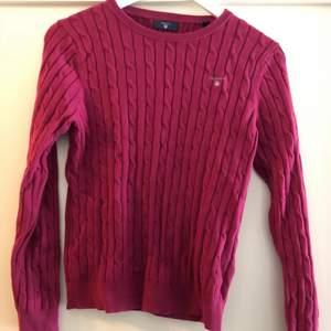 En superfin knappt använd vinröd kabelstickad gant-tröja. Storlek 170 (XS). Bra pris vid snabb affär!