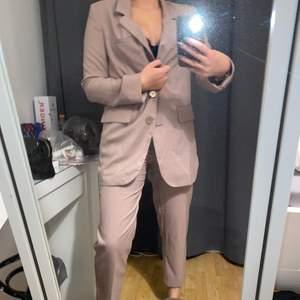Så snyggt set med croppade kostymbyxor och en oversized kavaj. Kavaj i storlek 36 och byxor i storlek 38. Kavaj säljs separat för 150kr och byxor separat för 100kr. Köparen står för frakt eller så möts jag upp i Uppsala.