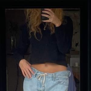svart cropad sweatshirt som blivit för liten för mig! Frakt tillkommer⚡️⚡️⚡️