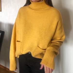 """Sjukt fin stickad tröja!! """"Noppret"""" som det ser ut som är inte nopper utan mer ytan av materialet, ser inte ut som noppror i verkligheten! Superfin passform & sitter oversized"""