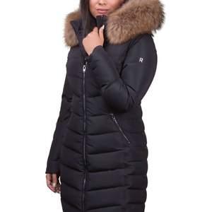 Säljer en lång rock & blue jacka i färgen svart och storlek 34. Köpt förra året och använd ett par gånger. I väldigt bra skick ser ut som helt ny. Och det är äkta päls. Pälsen är väldigt stor och fräsch dessutom är jackan också fräsch. Pris kan diskuteras. 👍🏻