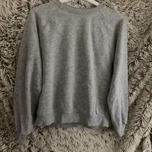 grå sweatshirt från cubus, är i storlek xs men är oversized, så typ s, priset är inklusive frakt