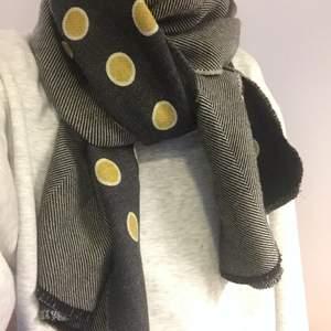 Unik halsduk från Stine Goya som aldrig kom till produktion. Olika mönster på sidorna, så du kan välja vilken sida du vill ska synas mest. Frakt 44kr💛