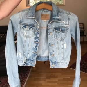 Hyfsat tight ljusblå jeansjacka, bra skick. Säljer pga att den är för liten. Betalning sker genom swish eller kontant. Köparen står för frakten.