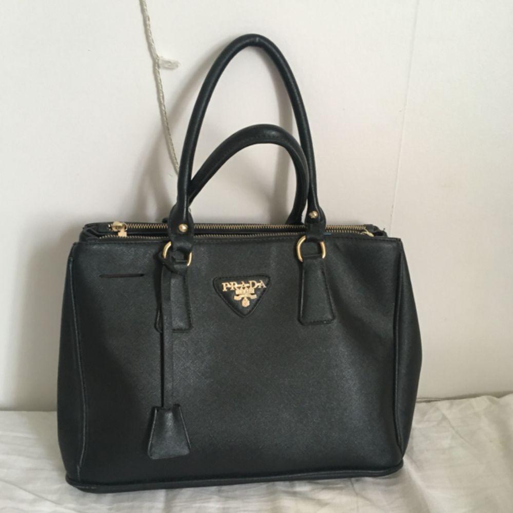 Säljer min Prada väska!. Väskor.
