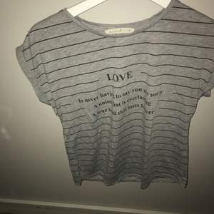 Jättefin grå t-shirt knappt använd :)