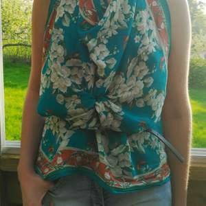 Blommig japansk sidenscarf Carole Little. 100% siden.  Man kan använda den runt halsen, håret, som en topp (se bilderna) eller hur helst du vill. :)