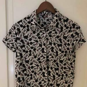 Lite croppad mickey mouse kortärmad lite tunnare skjorta. Ascool