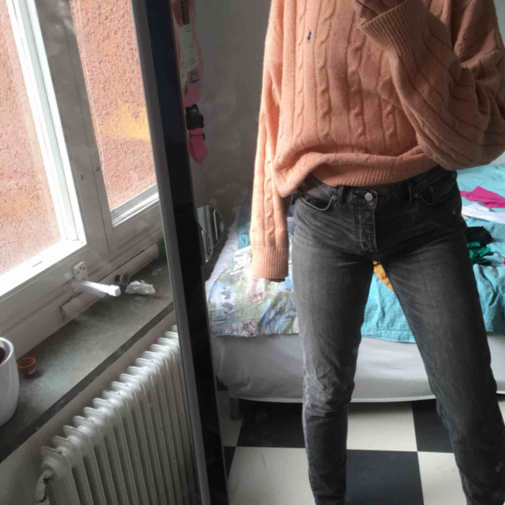 Assnygga gråa jeans från nya trendmärket BLK DNM som jag fyndade på second hand men tyvärr var för stora:(( verkligen sköna och bra kvalitet!!. Jeans & Byxor.