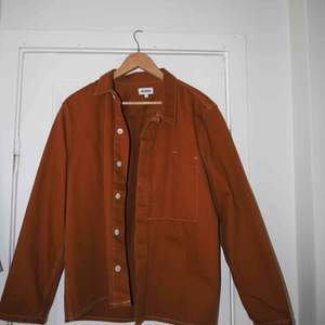 Tunn jacka i en brun/orange färg.  Använd ca 5 tillfällen.  I superbra skick! 🔥gott som ny.  Fungerar lika bra som jacka eller som skjorta.  Lite frakt tillkommer!  ❤️❤️❤️❤️❤️❤️❤️