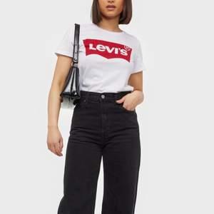 En helt vanlig vit Levis tröja säljer för 30+frakt🥰🥰 (lånad bild)