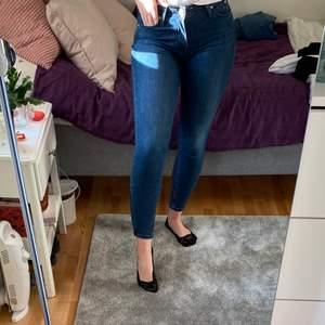 Jeans från Lee W27 L33 men passar mig som vanligtvis har L31❤️ skulle säga att det är en 36 (34)🥰 använda ett fåtal ggr då jag tycker att de är för små