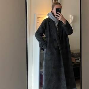 Så fin och varm!! 💓🌷🦋 Köpte kappan på Monki för 2 år sedan, har knappt använt den och den är i gott skick. Ett klassiskt rutmönster i gråttyg. Den är varm och får plats med en tjocktröja under. Storlek: M men passar både L och S skulle jag vilja säga 🦋🦋🦋