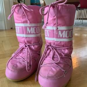 Super coola och moderna rosa moonboots!!! Klasssisk modell. Köpta för många år sedan men inte särskilt använda (endast lite slitningar och lite smuts). Storlek 37 (tror jag) MEN jag har 38/39 och de passar väldigt bra! Säljer för att de inte användning. Pris kan diskuteras!💞💞💞💞