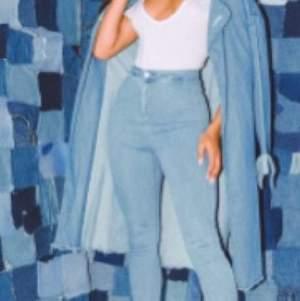 Helt oanvända skinny jeans från PrettyLittleThing. Har endast prövat men de satt för stort.   Det är blåa skinny jeans i storlek 42 från PrettyLittleThing. De är väldigt stretchiga. Etiketten finns kvar på de.   Pris kan diskuteras, skriv om du är interesserad❤️