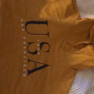 gul croppad hoodie från hm, säljer för 50kr inklusive frakt💕