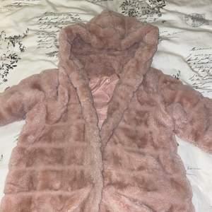 Säljer en rosa pälsjacka (fejk) där en knapp har lossnat och en sprucken söm i jackan, dvs inget som syns och lätt kan lagas!