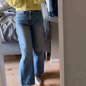 Ett par monki yoko jeans i storlek 28 knappt använda då de växte efter att jag hade använt dem några gånger                              färgen är ljusblå med blekare slitningar och säljs inte längre                                                                                     De är för korta för mig som är 173 skulle rekomendera att man är kortare😊  Innerbensmåttet är 74 cm  Frakten kostar 88kr📦