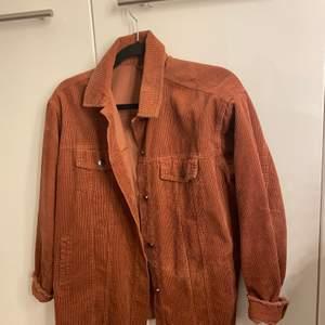 En rödbrun jacka i nyskick! (är lite mer röd i verkligheten än på bilderna). Frakt ingår i priset och kan troligtvis diskuteras!💕