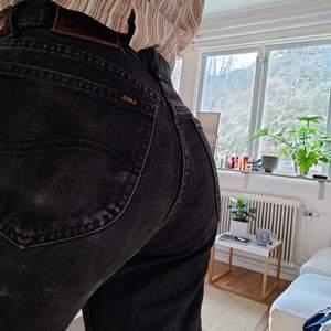 Lagom slitna, avklippta svarta Lee jeans med stora fickor<3 jylfen är 4 Lee-knappar.