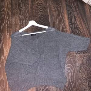 En stickad tröja som jag haft länge men som jag inte använt mer än en gång så den är fortfarande i bra skick.