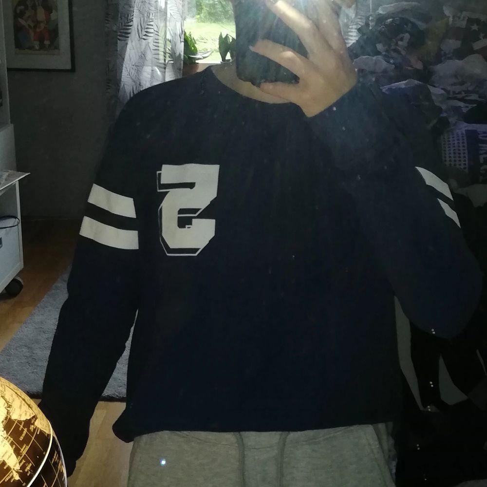 En blå sweatshirt från Lager 157. Inga fel på den, blir bara inte använd så mycket. Storlek xs men funkar nog även på s! Frakt tillkommer. Byten är möjligt. . Tröjor & Koftor.