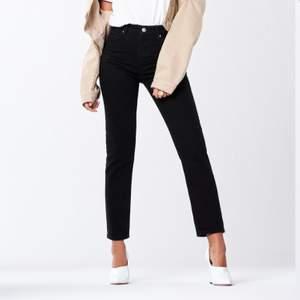 Jättesnygga slim jeans från Gina Tricot! Kan tyvärr inte visas på då dom är alldeles för små för mig. Men det är ett par helt vanliga slim jeans som är helsvarta. Endast använda en gång. Storlek 34 men en liten 34. Köparen står för frakten<3